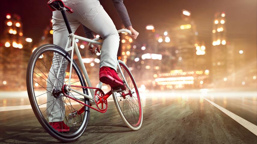 Los-conductores-de-bicicleta-pueden-utilizar-auriculares-mientras-van-conduciendo