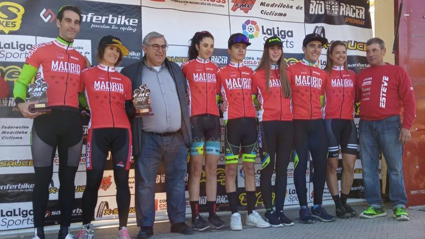 Epilogo-de-la-Copa-de-Madrid-de-ciclocross-en-Navalafuente-con-Maria-Parajon-y-Carlos-Hernandez-en-lo-mas-alto