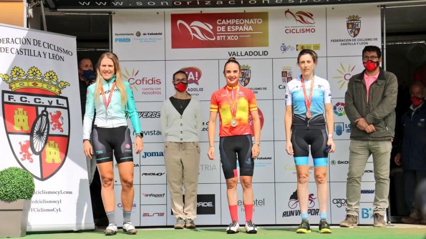 Lara-Lois-e-Pablo-Rodriguez-elevan-a-catro-o-botin-de-bronces-galegos-en-Valladolid
