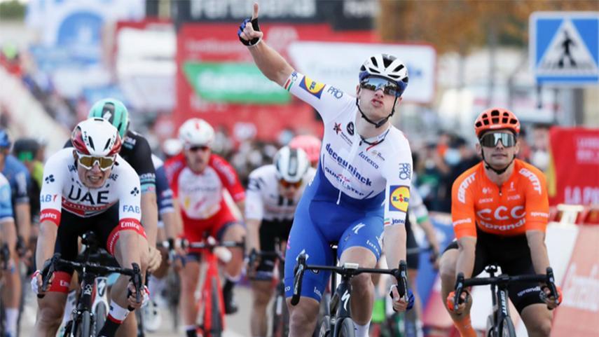 Victoria-de-Sam-Bennett-en-el-primer-sprint-masivo-de-La-Vuelta