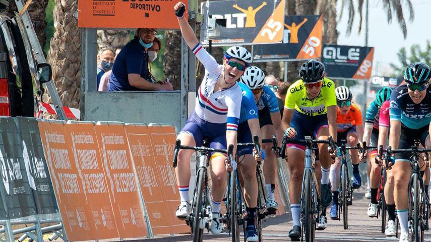 Alicia-Barnes-gana-en-Valencia-y-Van-Vleuten-sigue-lider