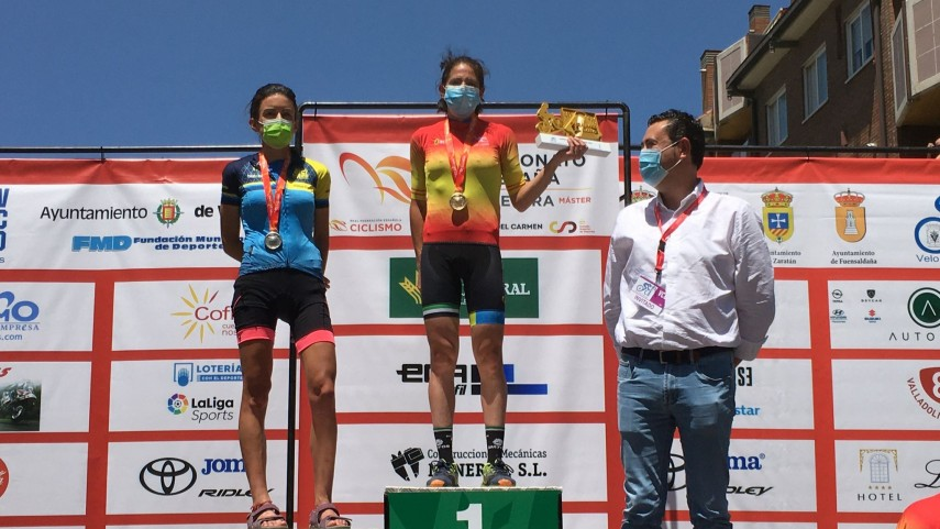 Eva-Ortega-sobe-ao-podio-do-Campionato-de-Espana-Master-de-estrada-en-Valladolid