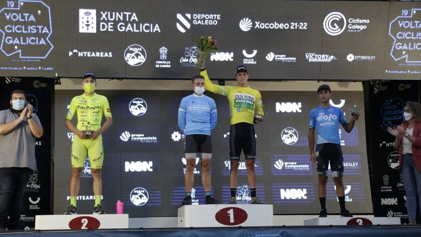 Brustenga-celebra-o-seu-salto-a-profesionais-vencendo-no-prologo-da-Volta-Galicia-en-Ponteareas-
