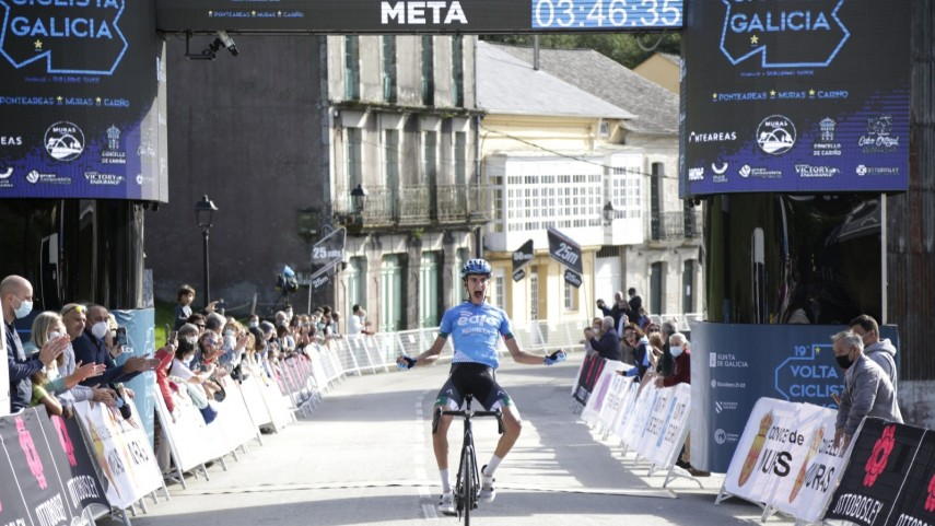 Terceiro-EOLO-Kometa-gana-a-terceira-etapa-en-Muras-e-vistese-de-lider-de-Volta-Galicia