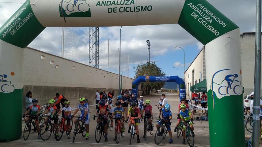 M-Alisa-Sushch-y-Adrian-Munoz-celebran-el-triunfo-en-el-I-Trofeo-Saucedena-de-Carretera-
