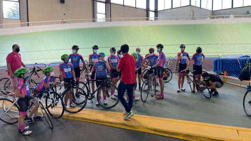 La-Escuela-Ciclista-Rodriguez-Magro-acudio-a-Galapagar-para-probarse-con-el-ciclismo-en-pista